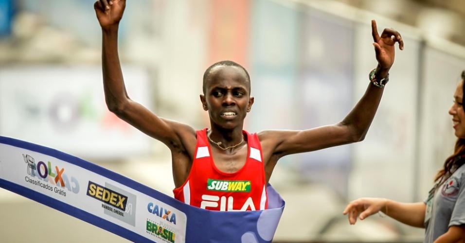 Edwin Kipsang, do Quênia, ultrapassa a linha de chegada para garantir a vitória na São Silvestre 2012