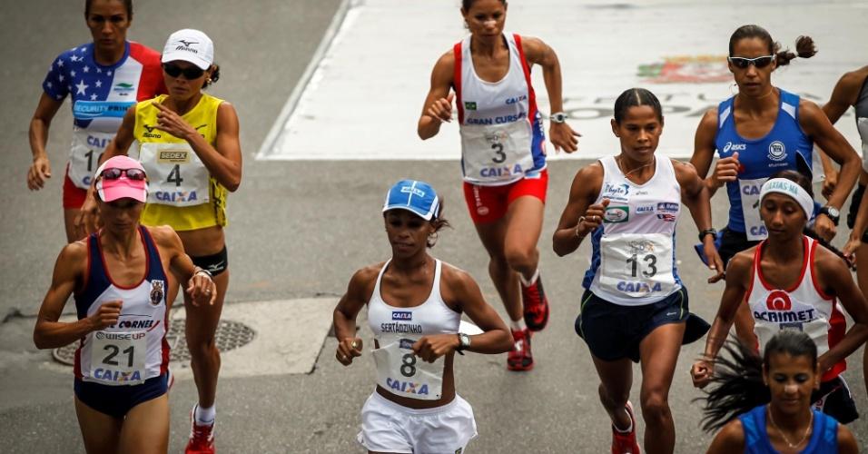 31.dez.2012 - Elite feminina começa a edição 2012 da São Silvestre