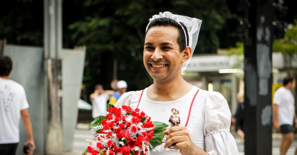 31.dez.2012 - Homem vestido de noiva será um dos milhares corredores que participarão da São Silvestre usando fantasias