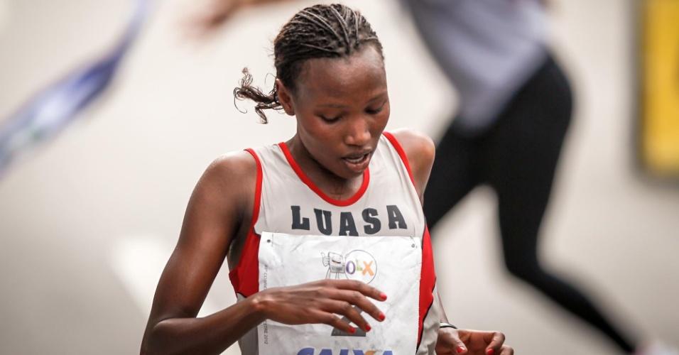 31.dez.2012 - Jaqueline Sakilu, da Tanzânia, foi a segunda colocada da São Silvestre
