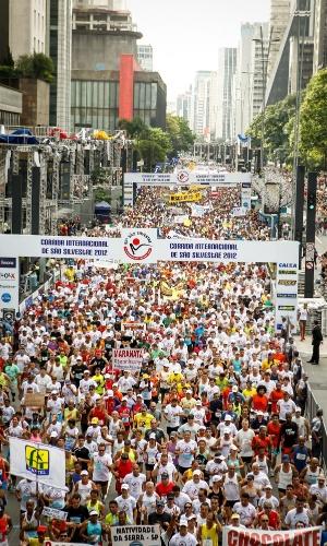 31.dez.2012 - Milhares de participantes se aglomeram na avenida paulista no início da São Silvestre 2012