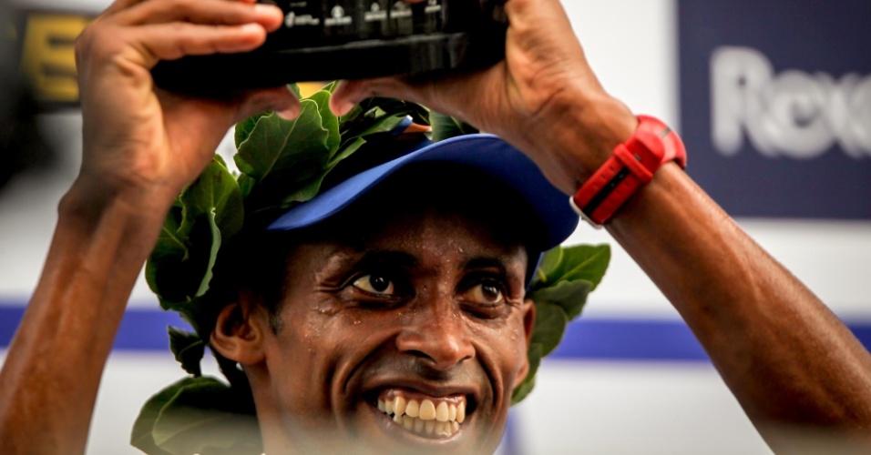 31.dez.2012 - O brasileiro Giovani dos Santos recebe o troféu de 4° colocado da São Silvestre 2012