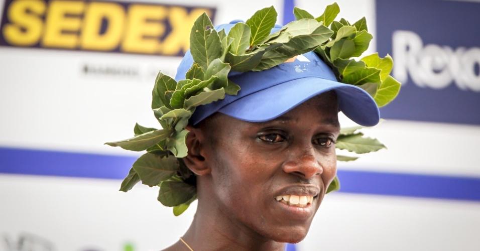 31.dez.2012 - O queniano Edwin Kipsang no pódio da São Silvestre 2012