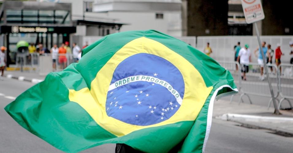 31.dez.2012 - Participante da São Silvestre leva a bandeira do Brasil para a prova