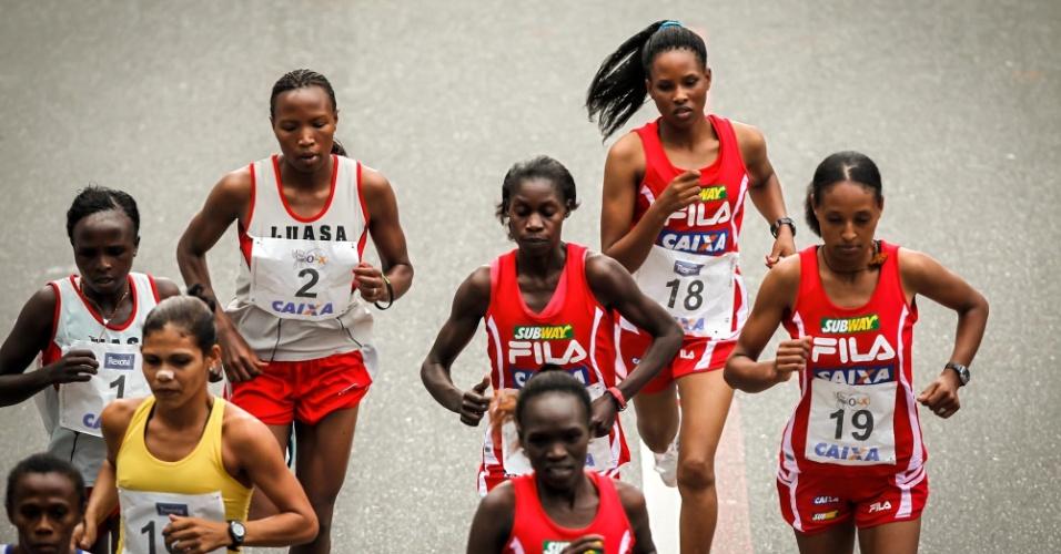 31.dez.2012 - Participantes da elite feminina largam para a edição 2012 da São Silvestre