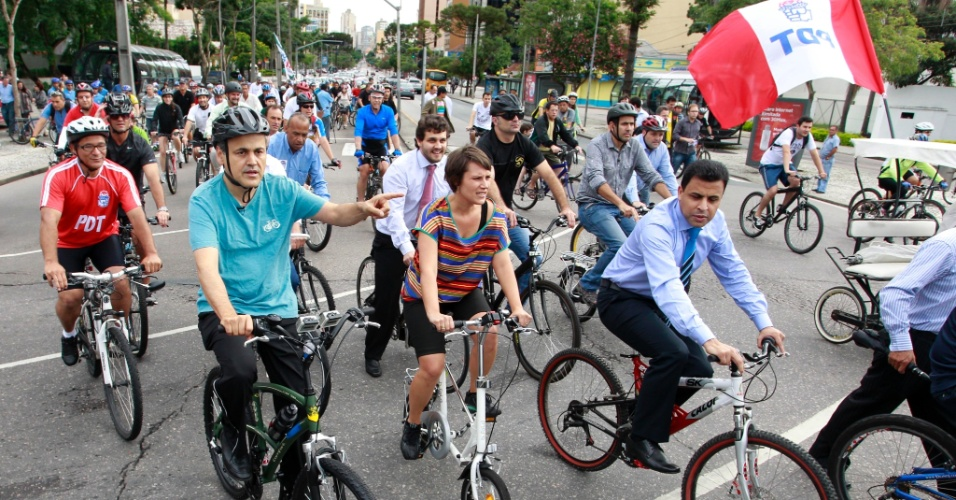 1° jan.2013 - Antes de ser empossado como prefeito de Curitiba, Gustavo Fruet (PDT), à esquerda, de camiseta azul, pedala pelas ruas da capital paranaense