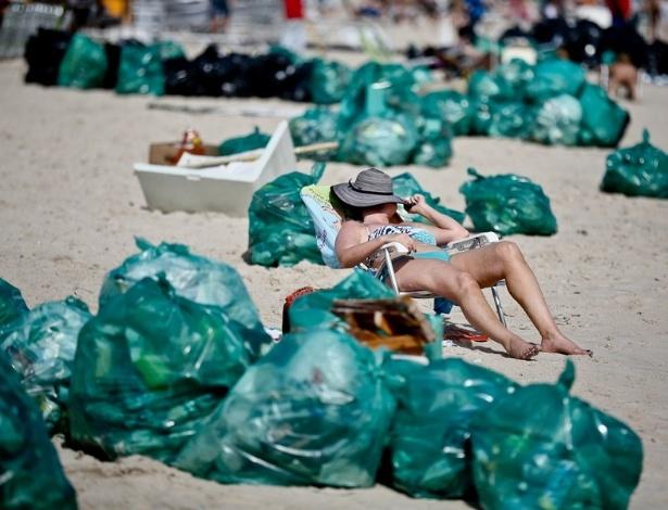 1°.jan.2013 - Ao amanhecer, banhistas dividiram espaço com lixo acumulado das celebrações da virada do ano  na praia de Jurerê, em  Santa Catarina