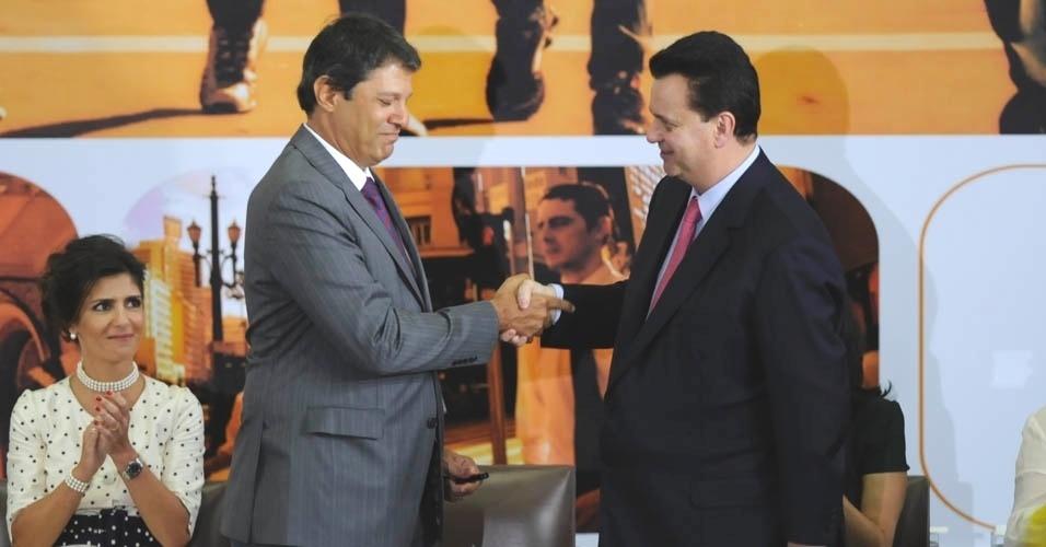 1º.jan.2013 - Fernando Haddad recebe de seu antecessor, Gilberto Kassab, o cargo de prefeito da cidade de São Paulo, em evento realizado no saguão situado no térreo do edifício Matarazzo, sede da Prefeitura de São Paulo no centro da capital paulista