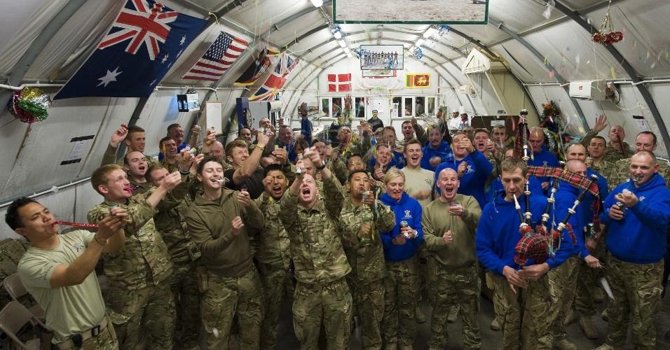 1.jan.2013 - Foto divulgada pela assessoria das tropas britânicas no Afeganistão mostra os soldados comemorando a chegada do ano novo, na província de Helmand, nesta terça-feira (1º)