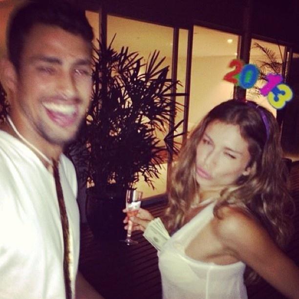 1.jan.2013 - O casal Cauã Raymond e Grazi Massafera curtem juntos a virada do ano. A atriz colocou notas de dólar no decote do vestido