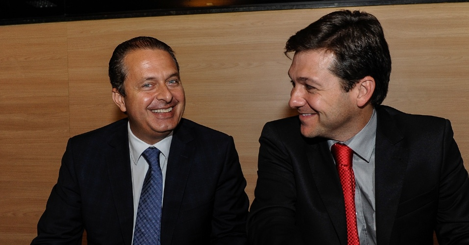 1°.jan.2013 - O governador de Pernambuco, Eduardo Campos (PSB), conversa com o novo prefeito do Recife, Geraldo Julio(PSB), nesta terça-feira (1°), na capital pernambucana
