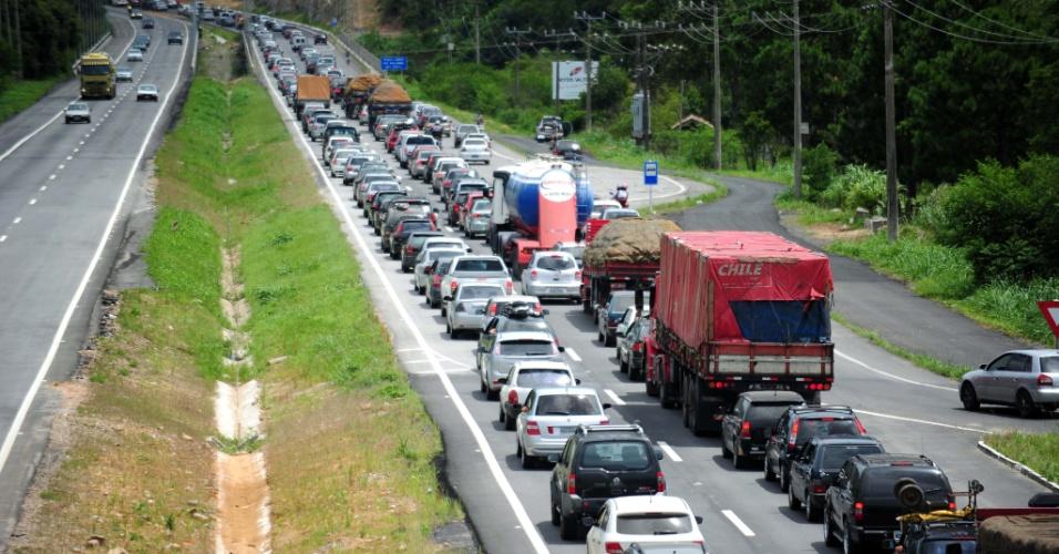 1°.jan.2013 - O movimento na BR-101, em Santa Catarina, é intenso, nesta terça-feira (1°), na volta do feriado de Ano Novo