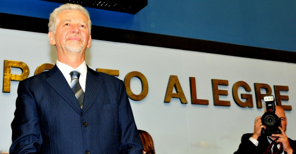 """1º.jan.2013 - O prefeito reeleito de Porto Alegre, José Fortunati (PDT), toma posse na na Câmara de Vereadores afirmando que continuará """"trabalhando pela cidade"""" e respeitando a oposição, desde que tenha também o respeito dos vereadores adversários"""
