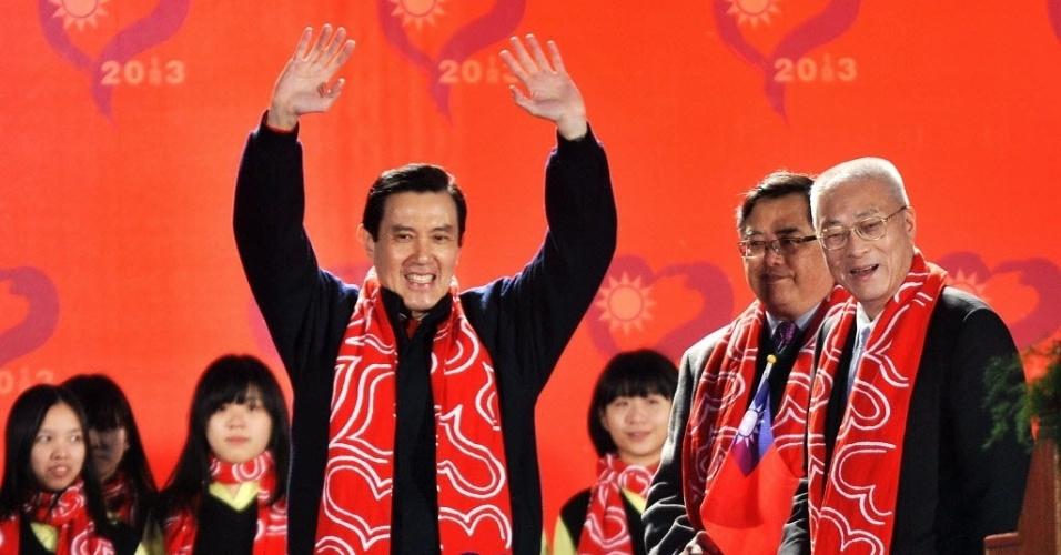 1º.jan.2013 - O presidente de Taiwan, Ma Ying-jeou (à esquerda), acena para a multidão durante cerimônia de hasteamento da bandeira em Taipei, em comemoração aos 101 anos de fundação da República da China