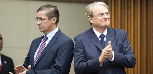 Prefeito reeleito em Belo Horizonte, Márcio Lacerda (PSB) (à direita), e seu vice, Delio Malheiros, entram na plenária da Câmara Municipal para cerimônia de posse