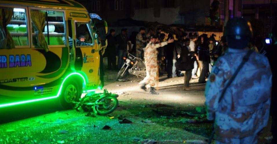 1°.jan.2013 -  Uma explosão por causa de uma bomba colocada em uma motocicleta deixou ao menos 21 pessoas feridas em Karachi, no Paquistão, nesta terça-feira (1°). Supostamente, os alvos do ataque eram ônibus que transportavam ativistas