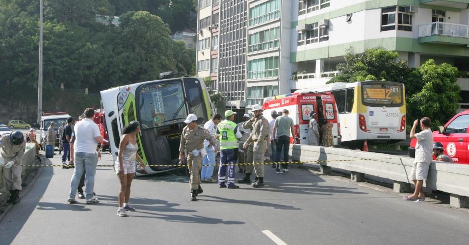 1º.jan.2013- Bombeiros socorrem feridos após o tombamento de um ônibus no viaduto  Pedro Álvares Cabral, em Botafogo, na zona sul do Rio de Janeiro, na manhã desta terça-feira. De acordo com a corporação, ninguém se feriu gravemente