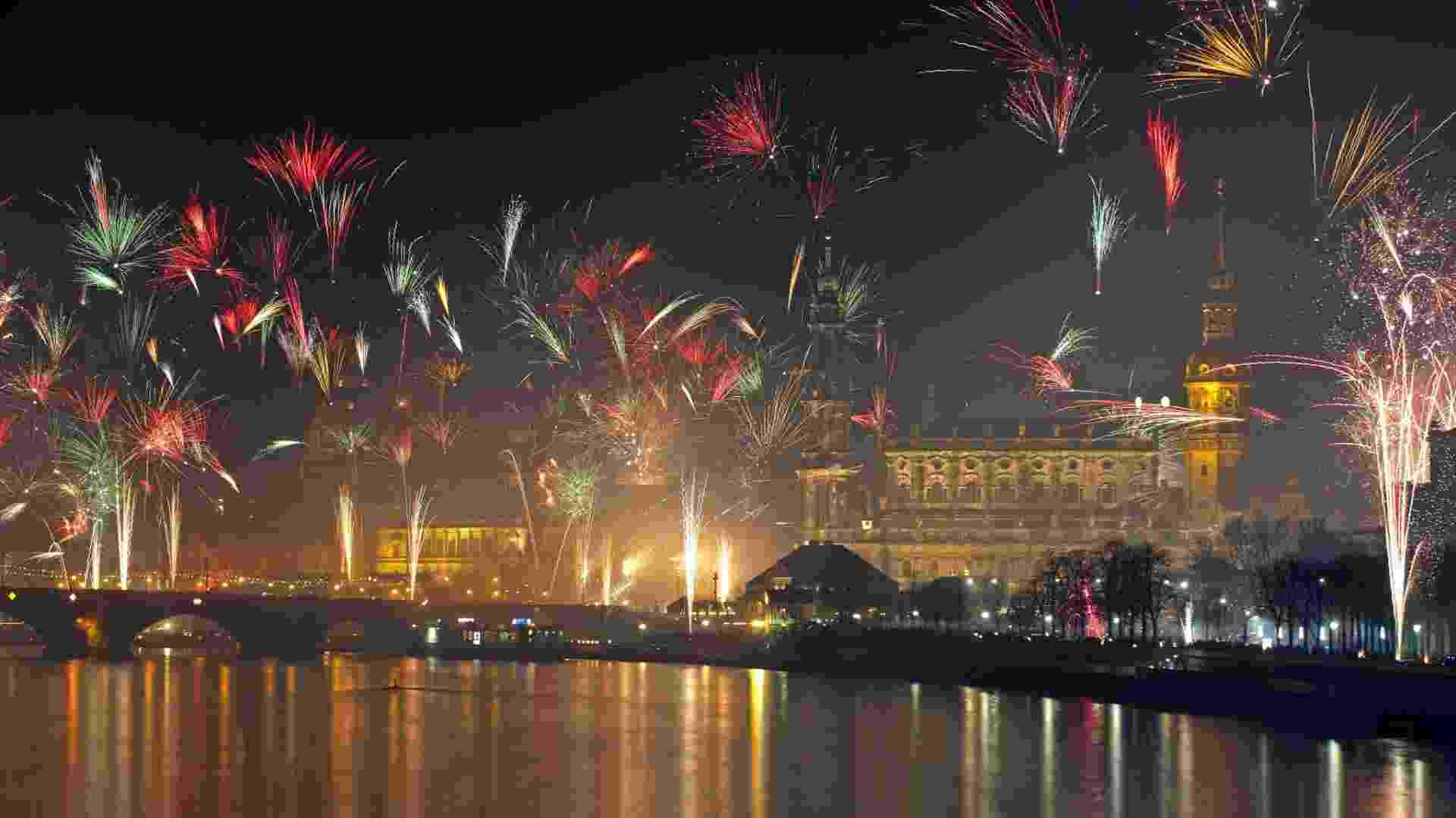 1º.jan.2013 -Fogos no rio Elbe, em Dresden, Berlim, marcam a chegada de 2013 de Alemanha - Robert Michael/AFP