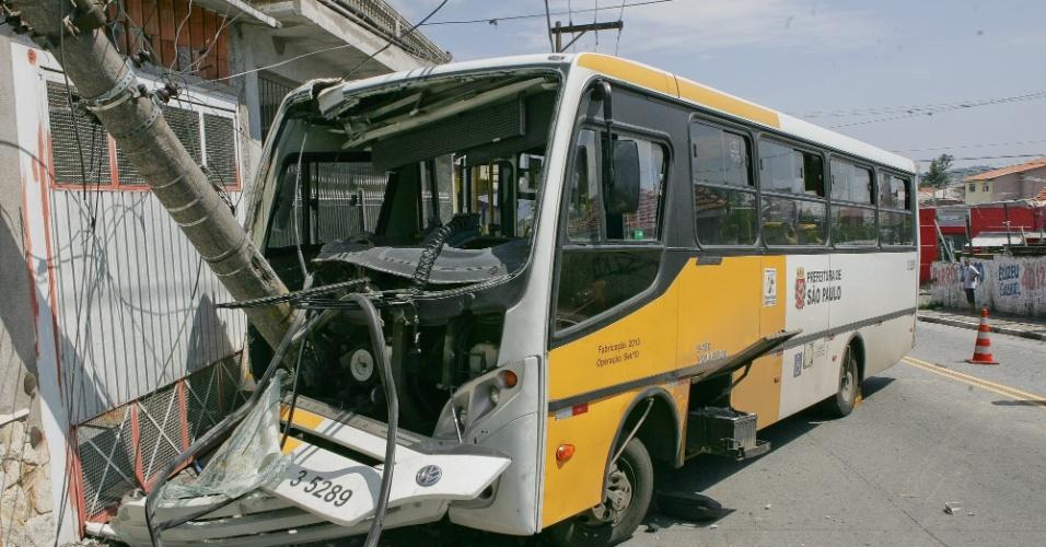 1º.jan.2013-  O motorista de um ônibus perdeu o controle e bateu em um poste de iluminação na zona leste de São Paulo, nesta terça-feira. A colisão deixou três feridos