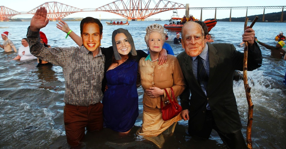 1º.jan.2013- Para celebrar a festa de Ano Novo, pessoas usam máscaras da família real na Escócia