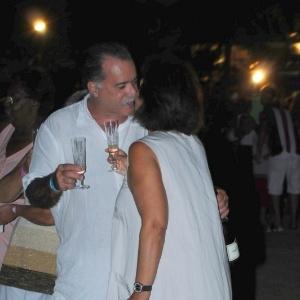1.jan.2013 O ator Tony Ramos passou a virada do ano na Praia de Geribá, em Búzios. Ele comemorou a chegada de 2013 com champanhe e um beijo na esposa Lidiane