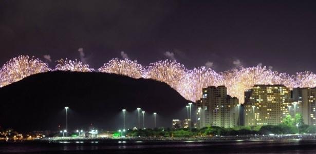 Fogos de artifício são vistos na orla da praia de Copacabana, no Rio de Janeiro, durante festa de Réveillon em 2013 - Vanderlei Almeida/AFP