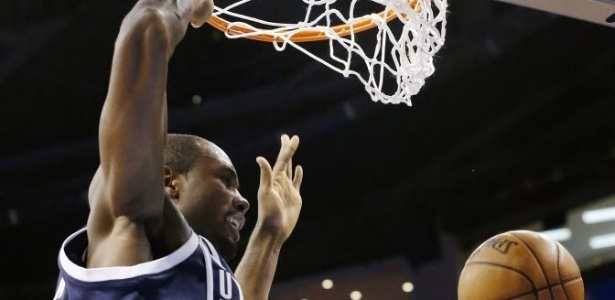 31.dez.2012 - Serge Ibaka crava durante vitória do Oklahoma sobre o Phoenix Suns, na última partida de 2012 da NBA