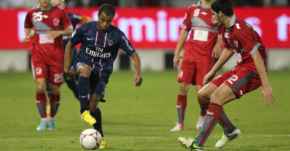 02.jan.2012- Lucas dribla marcação do Lekwiya, do Qatar, em sua estreia pelo PSG