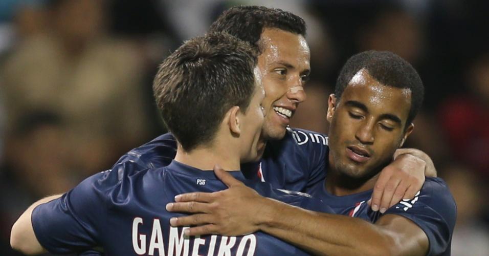 02.jan.2012-Lucas comemora com colegas gol de Nenê na goleada do PSG sobre o Lekwiya, do Qatar
