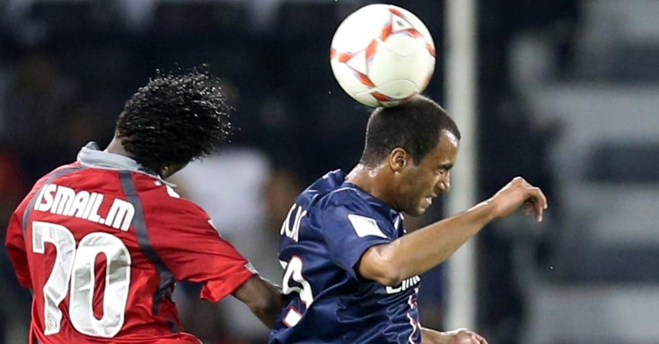 02.jan.2012-Lucas disputa bola aérea com Ismail, do Lekwiya, em sua estreia com a camisa do PSG