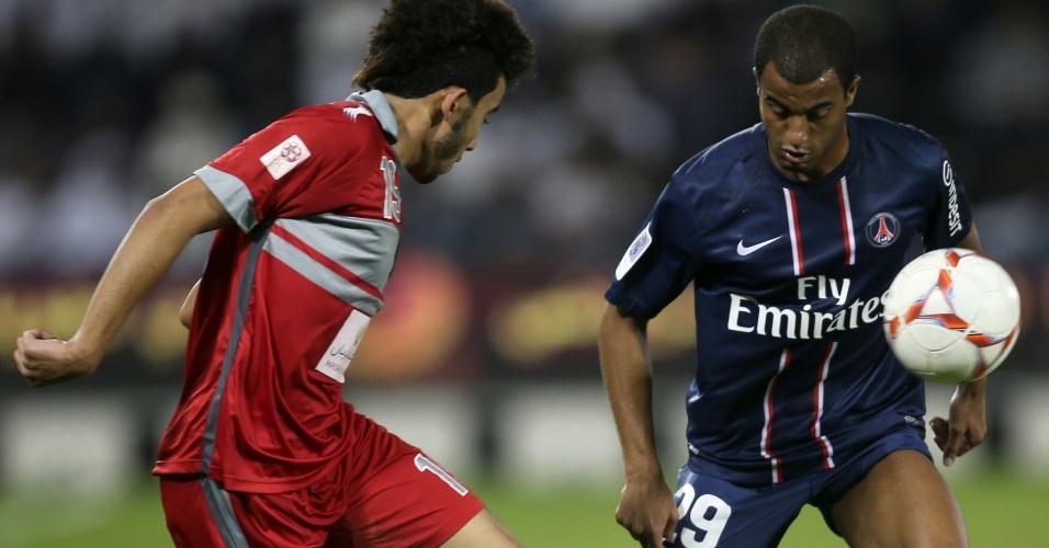 02.jan.2012-Lucas encara marcação durante amistoso do PSG com o Lekwiya, do Qatar