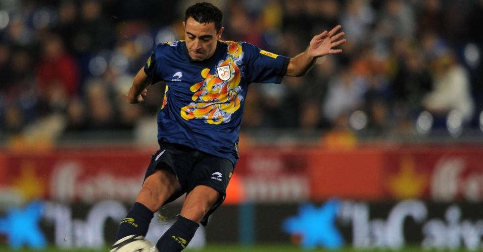 02.jan.2013 - Meia Xavi arrisca lançamento durante o empate por 1 a 1 entre Catalunha e Nigéria, em amistoso realizado em Barcelona