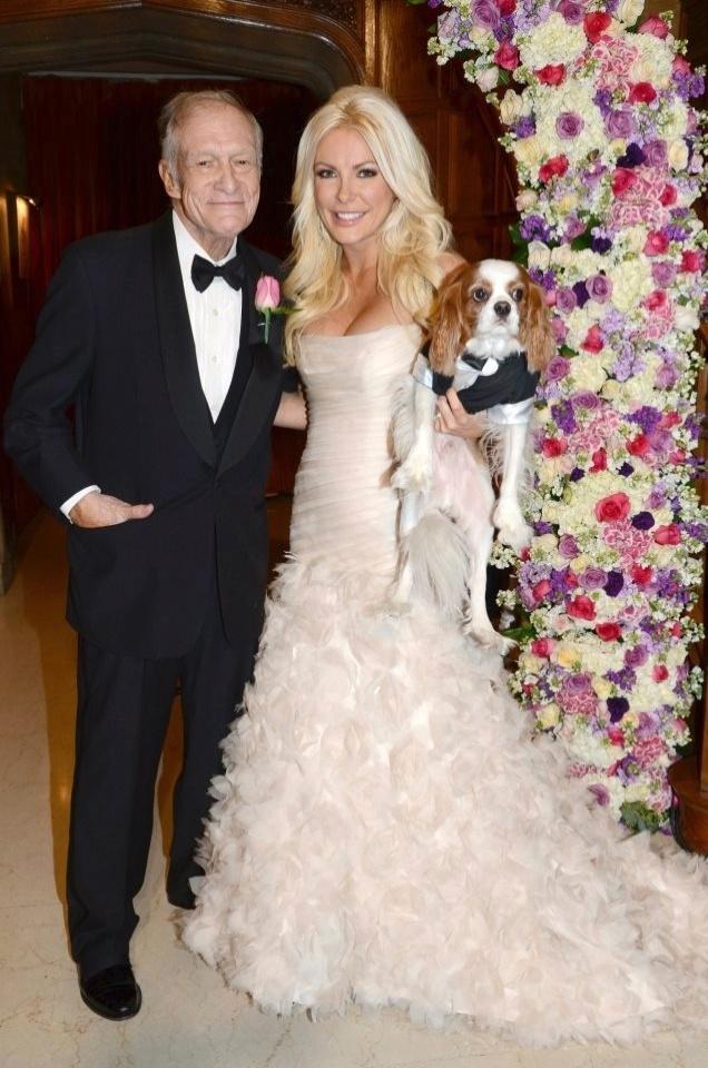 """1.jan.2013 O octogenário fundador da Playboy, Hugh Hefner, trocou seus icônicos pijamas de seda por um smoking para se casar com Crystal Harris, a """"noiva fugitiva"""" que desta vez seguiu adiante, em uma cerimônia realizada na noite de Ano Novo"""