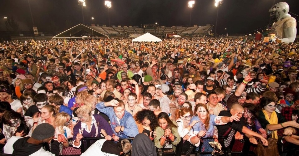 2.jan.2012 - A maior reunião de zumbis envolveu 8.207 pessoas e foi feita em Minneapolis, no Estado de Minnesota (EUA)