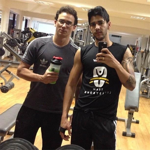 2.jan.2013 - Gusttavo Lima treina com personal trainer de madrugada