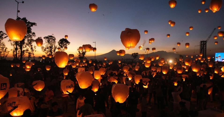 2.jan.2012 - Mexicanos soltam 16.000 lanternas flutuantes no céu durante evento em Puebla, nos arredores da Cidade do México, em tentativa de bater o recorde mundial