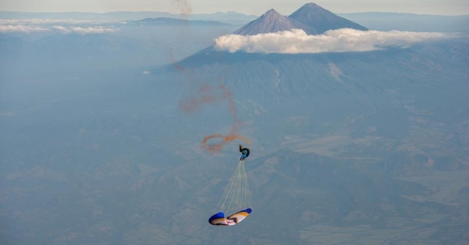 2.jan.2012 - O recorde do maior número de loopings feitos no ar com paraglider é de 568, batido por Horacio LLorens, em Escuintla, na Guatemala