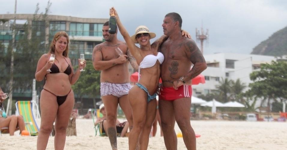 2.jan.2013 Alexandre Frota curte dia de praia com a mulher Fabiana Frota e família na Barra da Tijuca