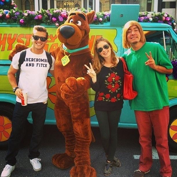 2.jan.2013 Os atores Klebber Toledo e Marina Ruy Barbosa posam com personagens do desenho Scooby-Doo em viagem aos parques de Orlando, nos Estados Unidos. O casal está namorando desde julho de 2011