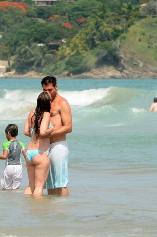 2.jan.2013 Thiago Lacerda beija a mulher Vanessa Lóes durante férias em Búzios, no Rio de Janeiro. O casal está junto há 11 anos e já passou por duas separações