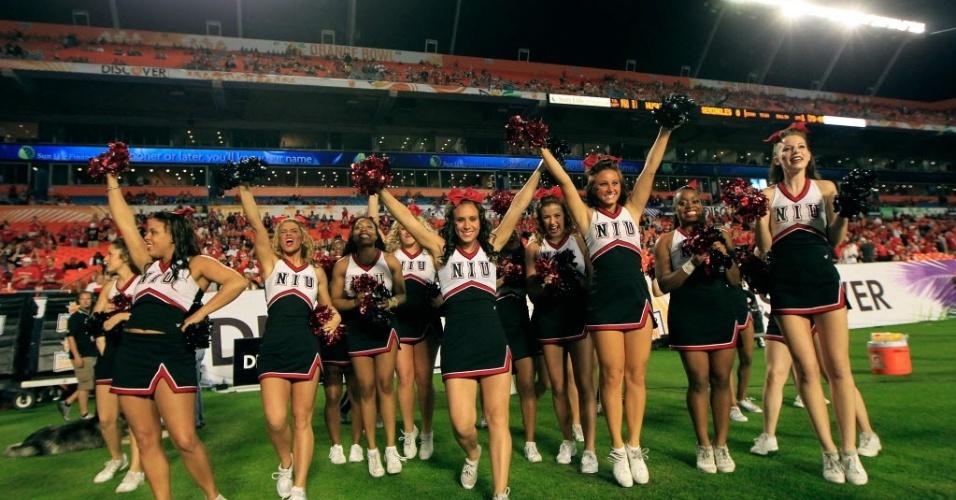 01.jan.2013 - Cheerleaders do Northern Illinois Huskies se apresentam em jogo de futebol americano universitário