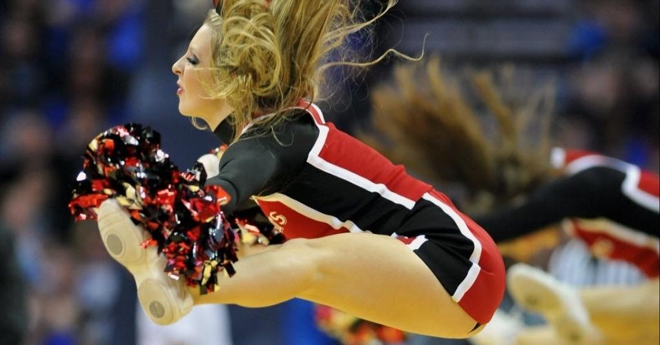 02.jan.2013 - Bela cheerleader do Davidson Wildcats, de basquete universitário, mostra elasticidade em jogo contra o Duke Blue Devils