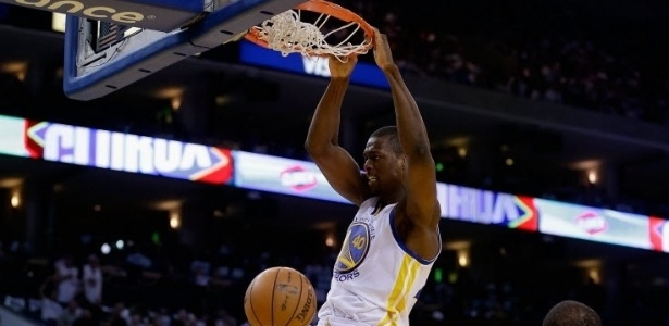 02.jan.2013 - Harrison Barnes enterra na vitória do surpreendente Golden State Warriors sobre o Los Angeles Clippers