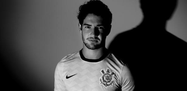 Pato posa com a camisa do Corinthians, time pelo qual assinou por quatro anos - Daniel Kfouri/Corinthians