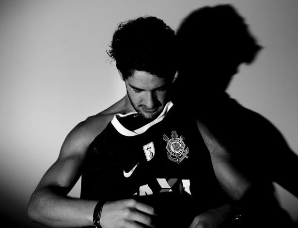 03.jan.2013- Pato posou para fotos vestindo a camisa do Corinthians para o anúncio da sua chegada ao clube