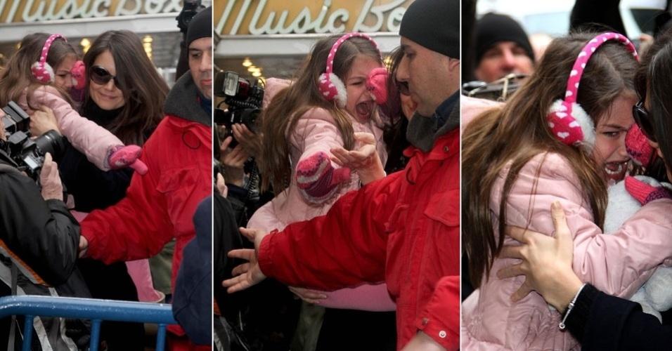 2.jan.2013: Katie Holmes teve um dia conturbado após tabloieds publicarem que estaria namorando o ator Jake Gyllenhaal, mas quem mais sofreu com tudo isso foi a filha, Suri, de 6 anos. A garota se desesperou com o assédio dos paparazzi