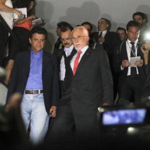 O ex-presidente do PT José Genoino (PT-SP) (de gravata vermelha) chega à Câmara dos Deputados, em Brasília, onde tomou posse - Andre Borges / FolhaPress