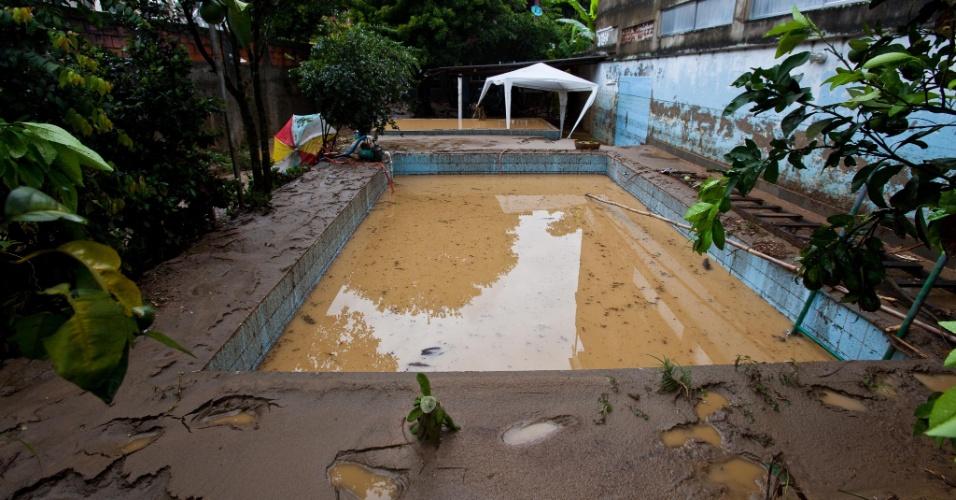 3.jan.2013 - Piscina fica cheia de lama após enchente em Xerém, em Duque de Caxias, nesta quinta-feira (3). As fortes chuvas que castigam o estado deixaram um morto e desalojaram 182 pessoas, segundo balanço parcial divulgado pela Defesa Civil estadual