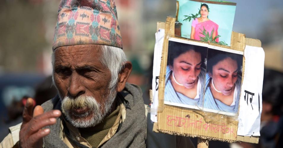 3.jan.2013 - Ativista nepalês segura cartaz com foto de jovem vítima de estupro, em marcha perto da residência do primeiro-ministro, em Katmandu, na Índia, nesta quinta-feira (3). Centenas de ativistas nepaleses protestaram contra o suposto estupro e roubo de uma empregada doméstica por funcionários do governo, no Nepal, ecoando uma revolta generalizada na vizinha Índia sobre a violência contra as mulheres