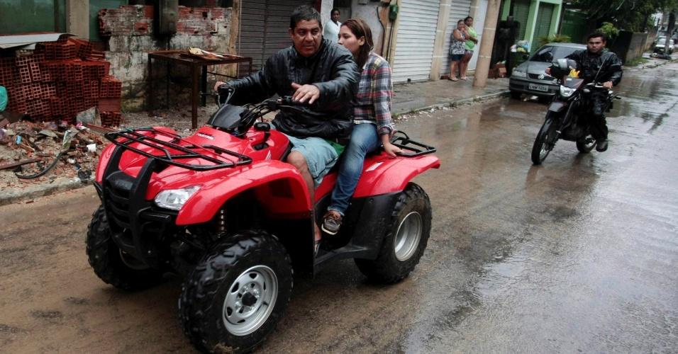3.jan.2013 - Cantor Zeca Pagodinho percorre ruas de Xerém, em Duque de Caxias (RJ), onde tem um sítio, para ajudar as vítimas do temporal que caiu na região